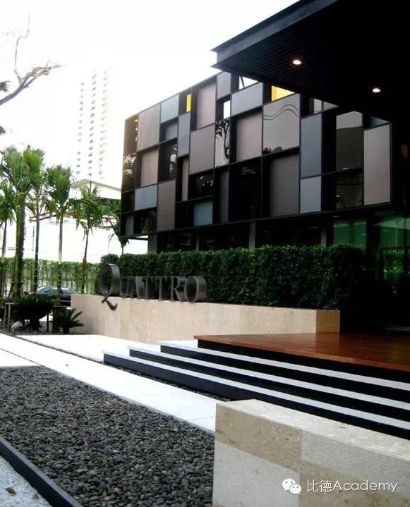 LOGO字母置于石阶上,背景配以规则式绿篱,建筑凹凸有致的格状墙面与logo相互辉映,时尚、简洁,踏步细节的处理更体现了设计师的用心,黑色的踢面不单有很好的梯级提示作用,也加强了踏面悬浮的感觉。